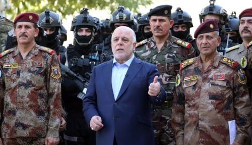 Le Premier Ministre Haïder Al-Abadi entouré des chefs de l'armée irakienne